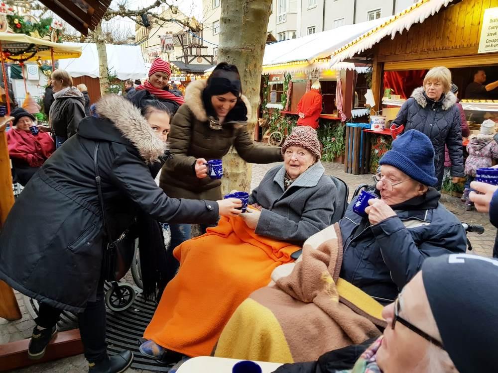 Besuch Auf Dem Weihnachtsmarkt.Besuch Auf Dem Weihnachtsmarkt